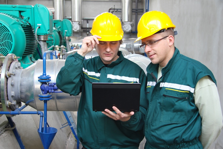 industrial-workers-together-tablet-checklist.jpg